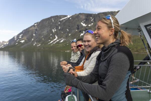 fire blide fjellfolk som tar gjendebåten og skal gå besseggen