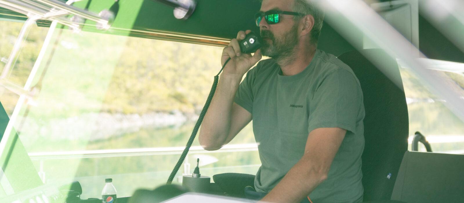 Harald Rune Øvstedal i båt over Gjende