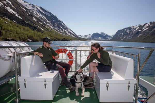 par-med-hund-som-tar-gjendebåten-over-gjende